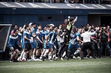 Algunos jugadores del filial tras conseguir el ascenso ante el Compostela / Foto: Web del Espanyol.