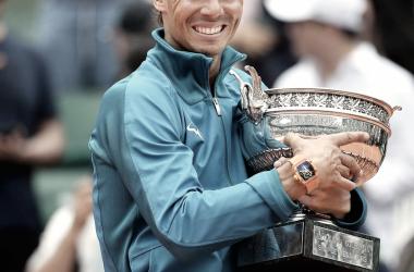 Rafael Nadal posa con la copa de los mosqueteros. | Foto: Prensa RG