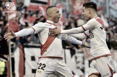 Álex Moreno y Raúl de Tomás celebrando un gol | Fotografía: Rayo Vallecano S.A.D.