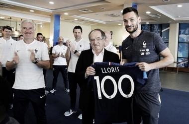 Lloris recibió en Rusia una camiseta por su partido número 100 con su Seleccion | Foto: @equipedefrance
