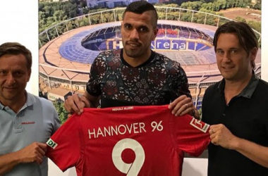 Jonathas (centre) will wear the number nine at Hannover. | Photo: Hannover 96.