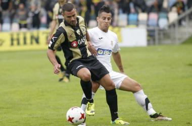 Vitoria, controlando el cuero frente a un jugador del Real Unión (fuente: Twitter UD Logroñés)