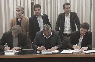 Sergio Marchi (FAA), Claudio Tapia (AFA) y Mariano Elizondo (ARGSAF), aprobaron la extensión del cupo de extranjeros. | Foto: Diario La Nación