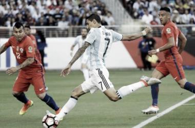 Zurdazo a la red del Fideo, ante la marca de Medel (Foto: Goal).