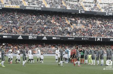 Los jugadores de Valencia y Real Sociedad saltan al verde de Mestalla la pasada jornada (FOTO://LaLiga)