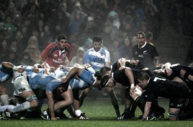 Foto: el scrum, formación icónica del rugby, motivo de grieta en el mundo del rugby. Crédito: DXTV.