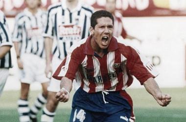 El 'Cholo' se convirtió en capitán e ídolo tras su primera temporada en el Atlético. Foto: Cholismo.com.