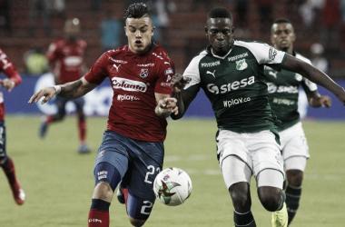 'Chacho' Castro pelea un balón con la defensa caleña | Fotografía: Futbolred