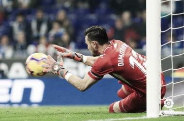 Dimistrievski parando el balón. Fotografía: La Liga