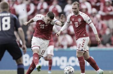 J. Wind dispara ante la mirada de C. Eriksen y Uronen. / Foto: DBU