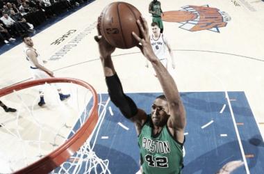Com 14 pontos e 7 rebotes, Al Horford foi um dos destaques na vitória do Celtics (Foto: Divulgação/NBA)