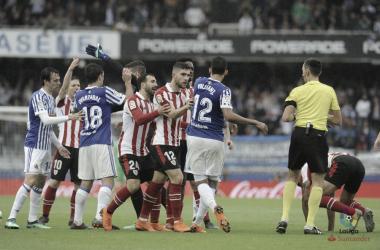 Jugadores de la Real Sociedad y Athletic Club crean conflicto en el Derbi de la temporada pasada en Anoeta (FOTO://LaLiga)