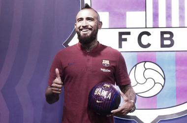Arturo Vidal posando como nuevo jugador del Barça / Fuente: FC Barcelona