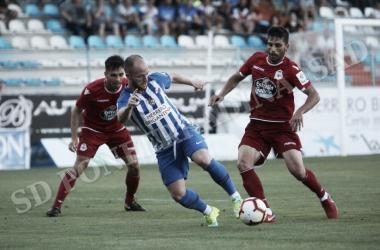 Isi, autor del gol de la Ponferradina, pelea por el balón con dos jugadores del Deportivo. | Foto: SD Ponferradina.