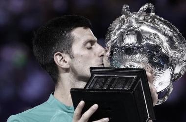 Nole obtuvo su 6º título de Grand Slam tras cumplir los 30 años, igualando el récord de Nadal. Foto: Australian Open