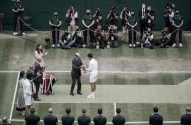 Novak Djokovic recibiendo el trofeo de campeón de Wimbledon. (Fuente: Wimbledon)