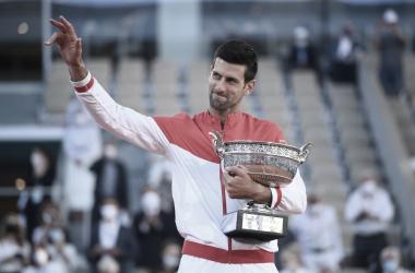 Novak Djokovic venceu Stefanos Tsitsipas em Roland Garros 2021 (Divulgação/Roland Garros)