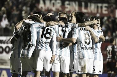 Abrazo del equipo después de la victoria. Foto: Twitter @RacingClub