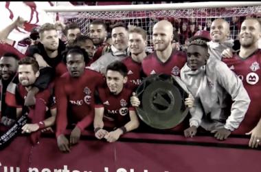 Bradley recibiendo el trofeo que les acredita como mejor equipo de la temporada regular. // Imagen: MLSsoccer