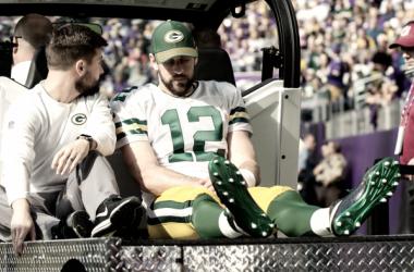 Aaron Rodgers rumbo a los vestidores por lesión / Foto: NFL