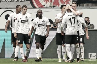 La gioia dei giocatori dell'Eintracht dopo il gol del 2-2. Foto: Twitter Bundesliga EN
