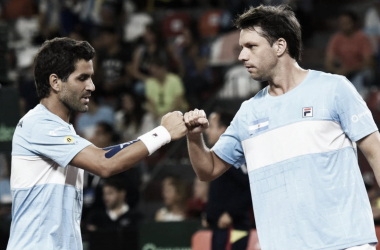 """La unión hace la fuerza. """"Machi"""" González y Horacio Zeballos le dieron la serie a Argentina. Foto: Copa Davis."""