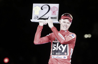 Chris Froome sonriente en el podio de la pasada Vuelta a España / Fuente: unipublic/photogomez sport