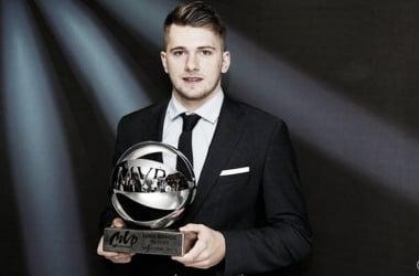 Doncic con el trofeo de MVP de la Liga Endesa | foto: realmadrid.com