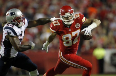 Tight end Travis Kelce #87 of the Kansas City Chiefs rushes up field after catching a pass against linebacker Dont'a Hightower #54 of New England Patriots during the first half on September 29, 2014. (AP Photo)