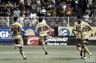 Carlos Pinto, Jesús Angulo y Gabriel Hachen celebrando el primer gol de Dorados / Foto: Cynthia Castillo | Vavel México