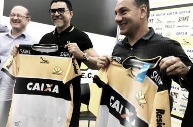 Doriva e Ricardo Rocha ao lado do presidente Jaime Dal Farra (Foto: Celso da Luz/Criciúma EC)