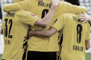 Los jugadores del Borussia Dortmund abrazados y festejando / Foto: @bvb09