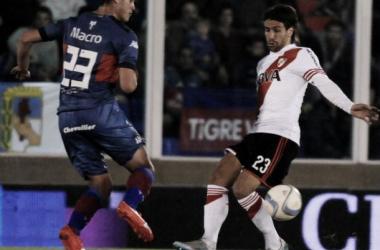 Paglialunga marcando a Ponzio Duelo metedor en el medio (Foto: TyC Sports).