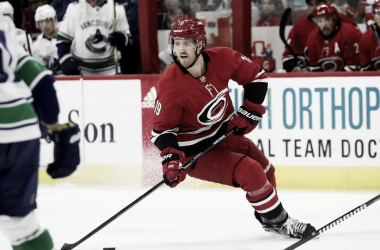 Dougie Hamilton  durante el partido Hurricanes vs Canucks | (Photo by Grant Halverson/Getty Images)