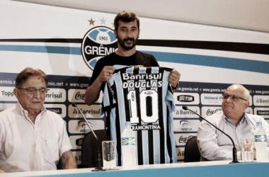 Com a camisa 10, Douglas é apresentado como primeiro reforço do Grêmio para 2015