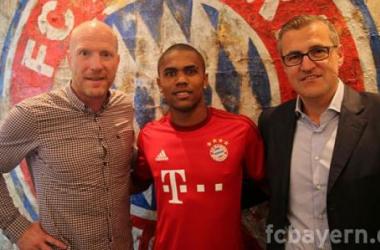 Douglas Costa entouré de Matthias Sammer et Jan-Christian Dreesen (site officiel)