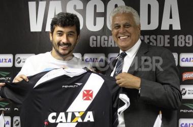 Documentação chega, e Douglas pode estrear pelo Vasco domingo, contra o Flamengo