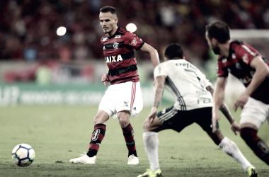 Renê e Dudu disputando uma bola (Foto: Gilvan de Souza/Flamengo)