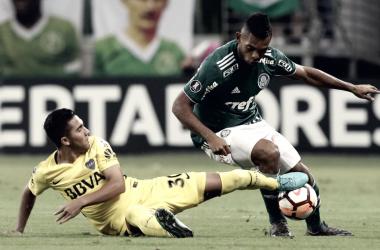 Borja em disputa com zagueiro Argentino na noite desta quarta-feira (11) (Foto: Cesar Greco/Ag Palmeiras/Divulgação)