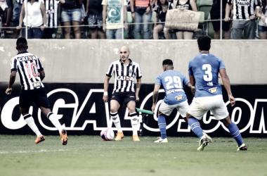 Pendurado, o jogador passou longe do juiz, evitando levar o terceiro cartão amarelo (Foto: Bruno Cantini/Atlético-MG)