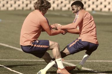 Griezmann y Lemar realizan uno de los ejercicios de la sesión    FOTO: Club Atlético de Madrid.