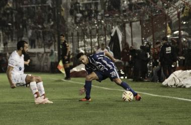 Burgoa(39) encara la marcación de Gamba(izquierda), el mediocampista del Tomba mostró un rendimiento irregular. Foto: Club Godoy Cruz