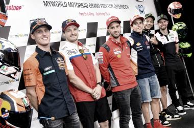 Los pilotos después de la rueda de prensa. Imagen: MotoGP