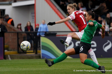 Vivianne Miedema and Laura Rafferty battle for the ball | Photo credit: Joerdeli Photography | Daniela Porcelli
