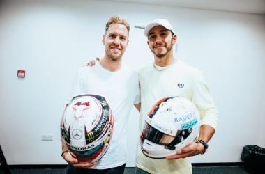 Formula 1 - Hamilton e Vettel si scambiano i rispettivi caschi