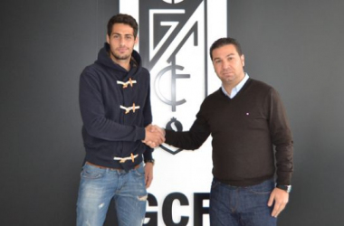 Álvaro Vega junto al Director Deportivo del Granada CF, Juan Carlos Cordero. (Foto: Granada CF).