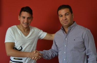 Matías Ramírez junto al director deportivo del Granada CF, Juan Carlos Cordero. (Foto: Granada CF).