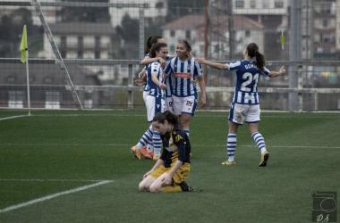 Las jugadoras de la Real festejan el segundo gol ante la impotencia rival / Foto: David Salvador.