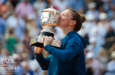 Simona Halep kisses the Coupe Suzanne Lenglen after winning the French Open (Jimmie48 Tennis Photography)