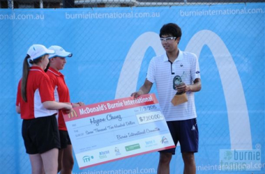 Chung receiving his prize at the McDonald's Burnie Invitational. Photo Credit: Burnieinternational.au
